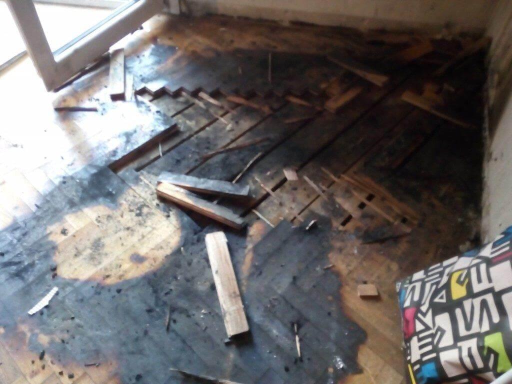 ζημιά σε ξύλινο πάτωμα από πυρκαγιά