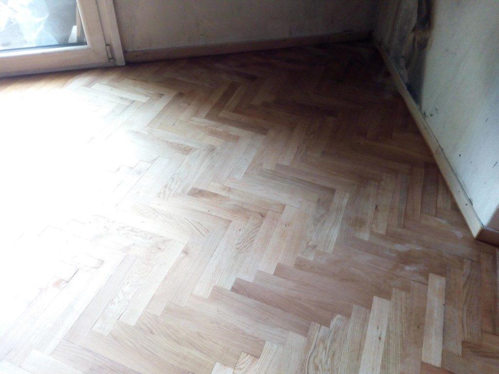 ξύσιμο και βερνίκωμα ξύλινου δαπέδου σε κατοικία