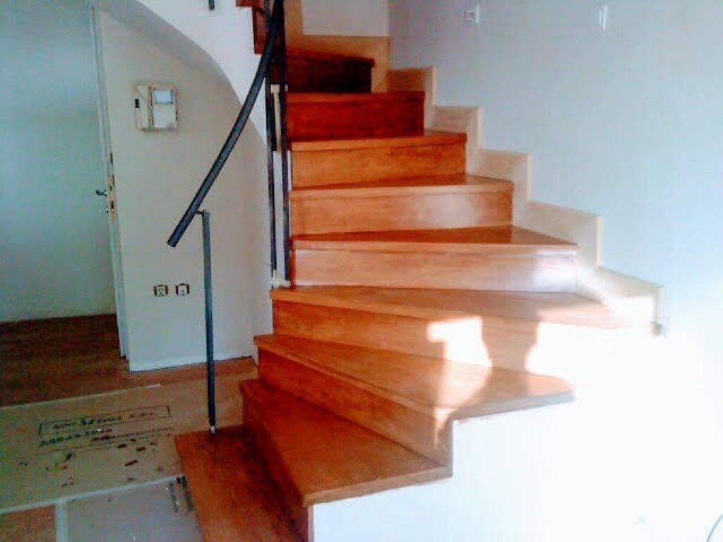 τοποθέτηση σοβατεπιών εσωτερικής ξύλινης σκάλας