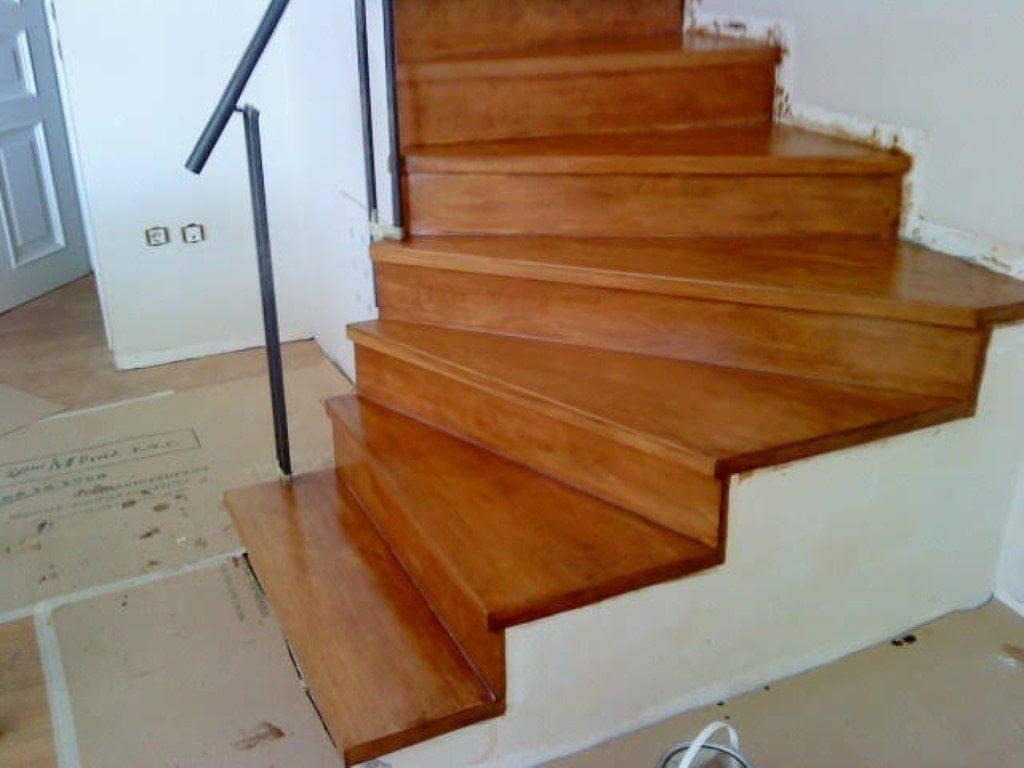 κατασκευή και τοποθέτηση σκάλας από βαμένο ξύλο οξειάς επάνω σε μπετόν