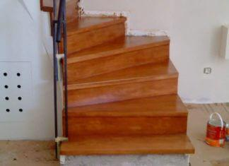 επένδυση σκάλας από μπετόν με σκαλοπάτια από ξύλο οξειάς