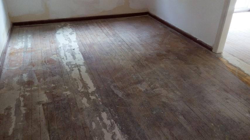ξύλινο πάτωμα σουηδικής πεύκης με κόλλες και παλιάβερνίκια προς αφαιρεση με την διαδικασία τριψίματος-γυαλίσματος