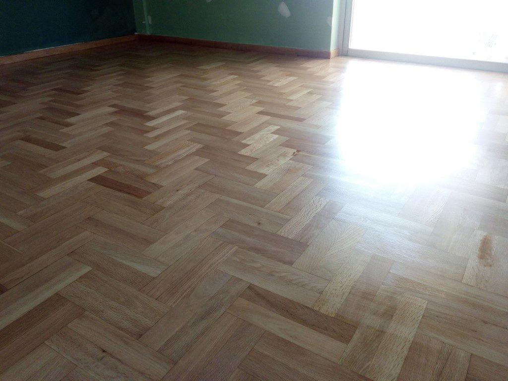 ξύσιμο βερνίκωμα με σατινέ βερνίκι σε δρύινο ξύλινο πάτωμα
