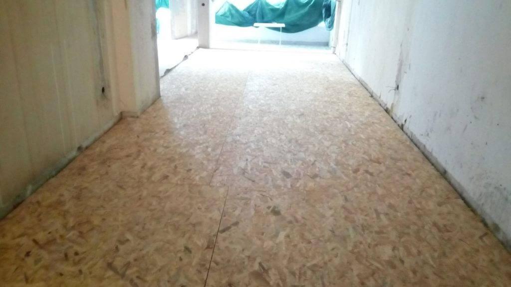 βίδωμα πλακών OSB για εγκατάσταση laminate