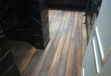 εφαρμογή ξύλινου πατώματος σε λουτρό κατοικίας