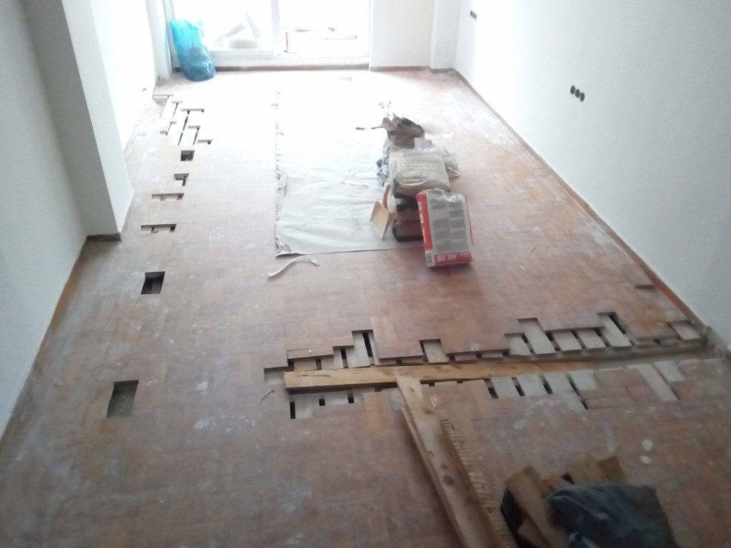 αφαίρεση σανίδων σε ανακαίνιση κατοικίας για υδραυλικές εργασίες