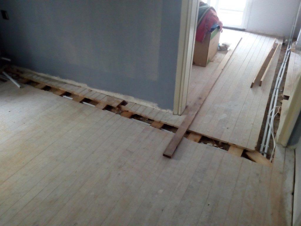 πέρασμα σωληνώσεων κάτω από ξύλινο πάτωμα